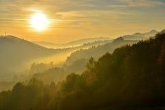 在雾的Pieniny山在日出 库存图片