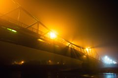 在雾盖的城市有薄雾在晚上 免版税库存图片