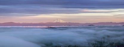 在雾盖的波特兰市用Mt敞篷全景 免版税库存图片