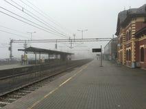 在雾,利里哈默尔,挪威的火车站 免版税库存图片