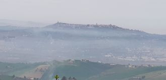 在雾& x28的图片;从地方Mutignano& x29; 免版税库存图片