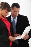 在震动的企业夫妇在膝上型计算机 免版税库存图片