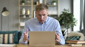 在震动的商人,当研究膝上型计算机时 影视素材