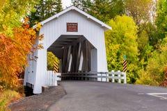 在霍夫曼被遮盖的桥的秋天 图库摄影
