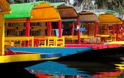 在霍奇米尔科浮动庭院的五颜六色的墨西哥长平底船 免版税库存照片