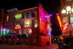 在霓虹胡同,镇,CO的霓虹灯广告 免版税库存图片