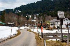 在霜和雪的交通路 免版税图库摄影
