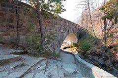 在露出小河的石桥梁在去太阳路在冰川国家公园在蒙大拿美国 免版税库存图片