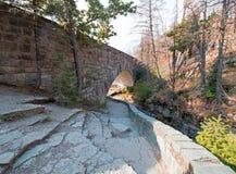 在露出小河的石桥梁在去太阳路在冰川国家公园在蒙大拿美国 库存照片