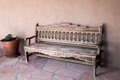 在露台的一个简单的长木凳 免版税库存照片