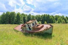 在露天场所的小船 免版税库存照片
