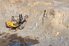 在露天开采的挖掘机 免版税库存照片