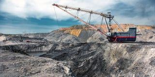 在露天开采矿煤矿的牵引索 库存图片