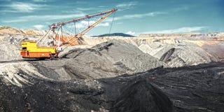 在露天开采矿煤矿的牵引索 库存照片