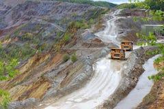 在露天开采矿的卡车 图库摄影