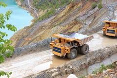 在露天开采矿的卡车 免版税库存照片
