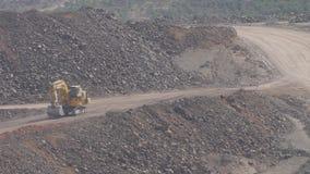 在露天开采矿的挖掘机 股票视频
