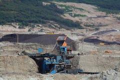 在露天开采矿的煤压碎机 免版税库存图片