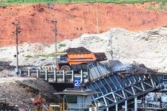 在露天开采矿的煤压碎机 库存照片