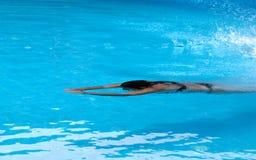 在露天游泳水池的妇女游泳 库存图片