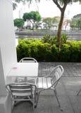 在露天的咖啡馆河沿 免版税库存图片
