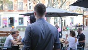 在露天的工作期间咖啡馆服务人员注意豪华女孩 影视素材