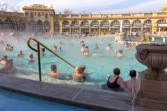 在露天的热量浴Széchenyi与松弛人在晴天 著名匈牙利温泉浴 免版税库存图片