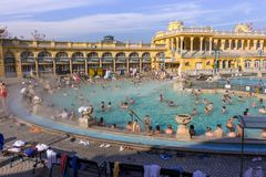 在露天的热量浴Széchenyi与松弛人在晴天 著名匈牙利温泉浴 库存图片