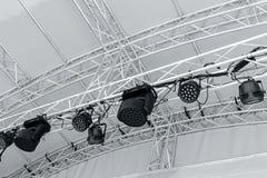在露天舞台的多盏聚光灯 专业阶段spotlig 库存照片