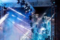在露天舞台的娱乐五颜六色的照明设备在音乐会期间 库存照片