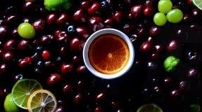 在露滴的活莓果 免版税库存图片