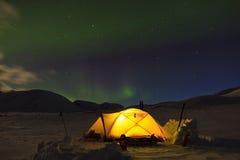 在露营地的北极光 免版税库存照片