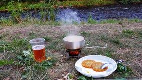 在露营地的晚餐 库存图片