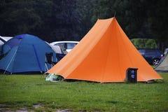 在露营地的橙色帐篷在雨中,多雨hol的概念 库存图片