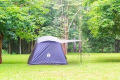 在露营地的蓝色家庭帐篷在泰国 免版税库存图片