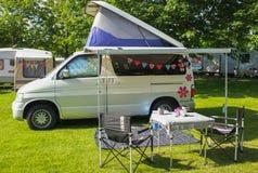 在露营地的Campervan 库存图片