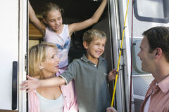 在露营者货车的家庭 免版税库存图片