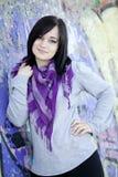在青少年的墙壁附近的女孩街道画 图库摄影