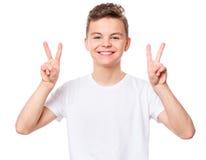 在青少年的男孩的白色T恤杉 库存图片