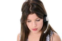 在青少年的白色的美丽的女孩耳机 免版税图库摄影