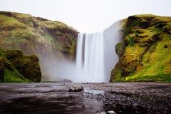 在青山之间的美丽的瀑布 免版税库存图片