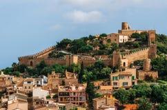 在青山的卡普德佩拉城堡在马略卡海岛,西班牙 库存图片