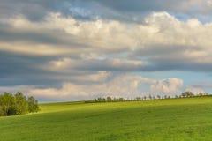 在青山的喜怒无常的多云天空 免版税库存图片