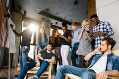 在青年人中的倒塌的业务会议 免版税库存图片