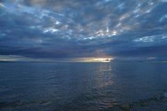 在青海湖的日出 免版税库存照片