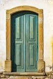 在青绿色木头的老和年迈的历史的教会门 库存图片