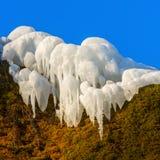 在青苔的冰柱包括岩石 库存图片