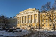 在青苔街道上的莫斯科大学大厦  免版税图库摄影