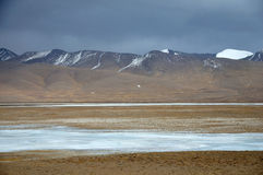 在青藏高原的冬天风景 免版税图库摄影