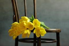 与黄色郁金香的静物画 免版税库存照片